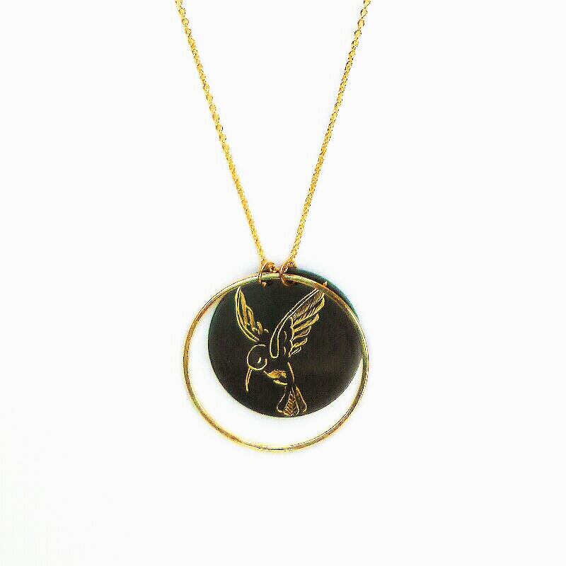Détail collier cercle colibri